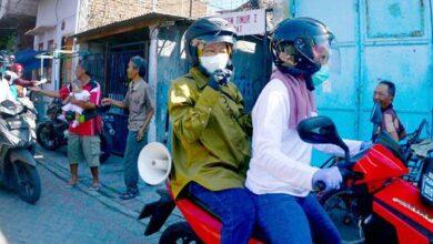 Photo of Bagikan Masker di Surabaya Utara, Ini Pesan Penting Risma
